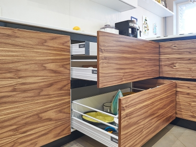 я одном из ящиков кухни установлена система организации хранения столовых приборов orga-line