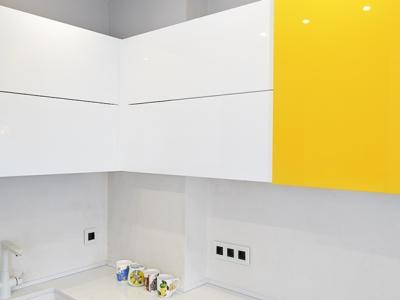 верхние шкафы сконструированы по индивидуальному дизайну, чтобы закрыть вентиляционный канал