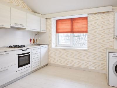 на кухне также расположена секция с невстраиваемой стиральной машиной . Блок сверху закрывает газовый котел.