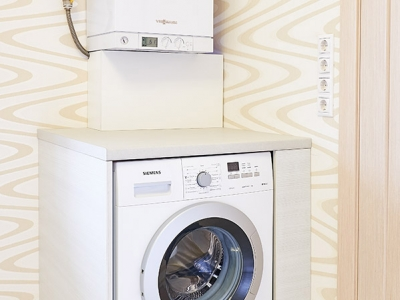 Аккуратная зашивка встраиваемой стиральной машины придает большую аккуратность конструкции