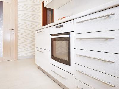 рейлинговые руки, когда их много, создают красивый  ритмический эффект на фасадах кухни.