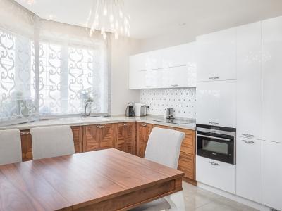 кухня уходит под окно за счет столешницы, соединенной с подоконником