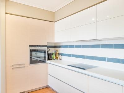 угловой отсек кухни имеет совмещенные стенки