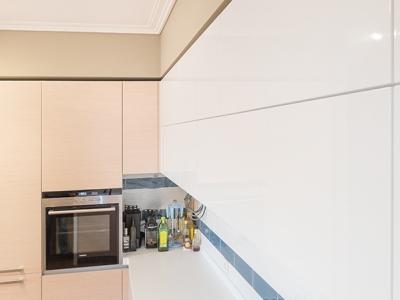 молочный глянец кухни отлично сочетается с общей гаммой помещения