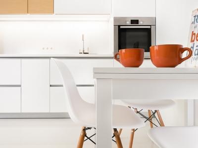 удобные стулья с криволинейными спинками отлично дополняют лаконичный  дизайн кухни и приносят свою изюминку.