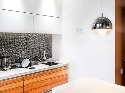 интегрированная под столешницу мойка позволяет упрощать поддержание в чистоте близко расположенной стены.