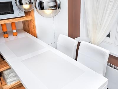 удобные высокие стулья с хромированной отделкой- зеркальные поверхности применяются повсюду в комнате, тем самым здорово помогая зрительно расширять пространство