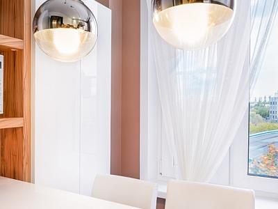 эффектные светильники также имеют хромированное покрытие