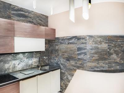 декоративная гранитная плитка служит эффектным фоном для строгой и лаконичной кухни.