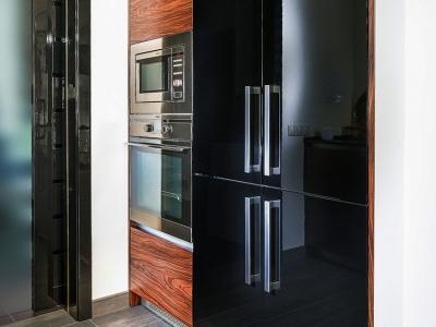Встраиваемый холодильник за глянцевыми панелями мдф. Нестандартная модель