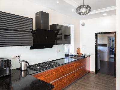 При проектировке  кухни были учтены основные недостатки планировки помещения. В частности, узкий и протянутый коридор, который ведет из гостиной в хозяйственное помещение.