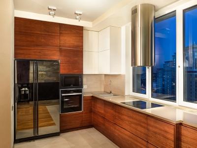 Для кухни специально подобрана модель холодильника, которую можно установить вплотную к стене, чтобы могла открываться дверца.