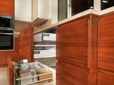 Конструкция фасадов  позволяет не использовать алюминиевый профиль, таким образом весь дизайн выглядит более целостным. Даже распашные ящики выглядят похожими на выдвижные.