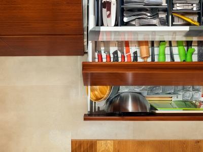 Внутреннее оснащение выдвижных ящиков кухни.