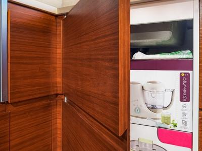 Распашной фасад выполнен с двумя накладными элементами, таким образом он создает иллюзию двойного выдвижного, тем самым делая дизайн кухни еще более эффектным.