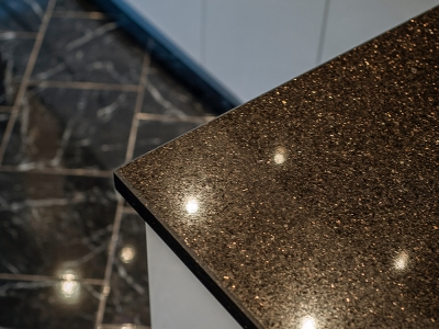 Полировка камня усиливает декоративный эффект столешницы