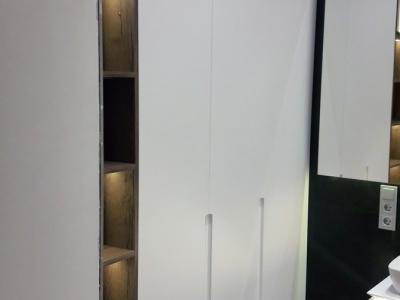 В открытых полках врезная LED подсветка