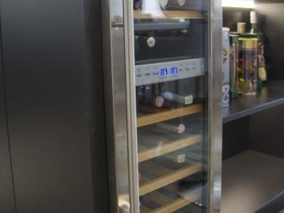 В остров кухни встроен винный холодильник