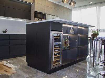 Со стороны гостиной в острове расположен винный холодильник и открытые декоративные полки с подсветкой