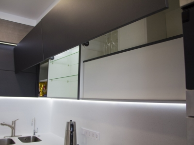 Вытяжка встроена в верхние ящики кухни