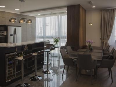 Кухня, лоджия и гостиная представляют собой единое пространство, в котором кухня является центром композиции