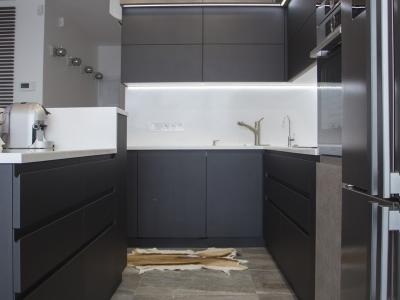Фасады толщиной 22 мм имеют фрезерованные ручки, которые подчеркивают строгий и лаконичный стиль кухни