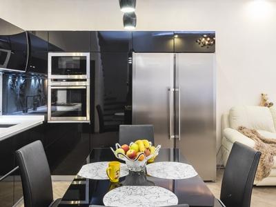 шкафы над холодильником позволяют ему выглядеть как-бы встроенным в кухню