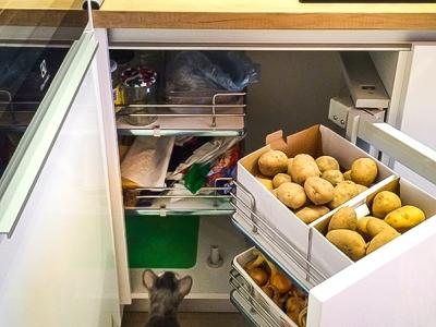 Крайне удобное и функциональное решение для хранения в угловых шкафах. Металлические корзины, которые выдвигаются одна за другой.