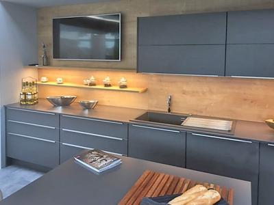 Фасады мдф кухни  покрашены в спецэффект асфальта, гармонично сочетаются с фактурами дерева
