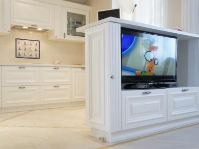 полуостровная часть кухни  с телевизором