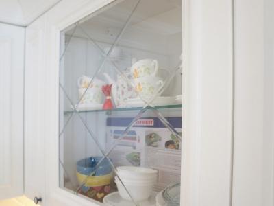 витрины имеют фацетную насечку из прозрачного стекла