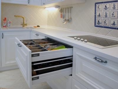 выдвижные ящики blum с внутренним отделением для столовых приборов