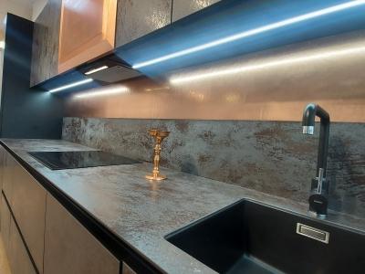 Встроенная подсветка отражаясь в металле придает эффект перламутровых материалов