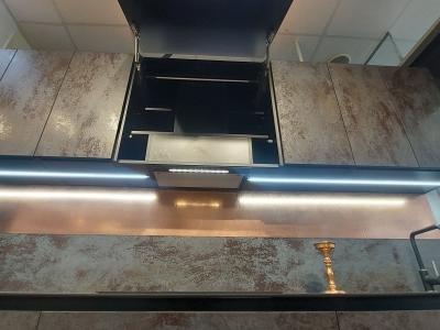 Вытяжка встроена в верхний ящик кухни