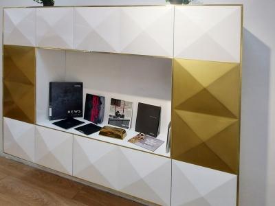 Комбинация латунных фасадов с белым жемчугом хорошо подходит к современному интерьеру