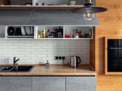 Большая угловая кухня с дополнительными верхними антресолями