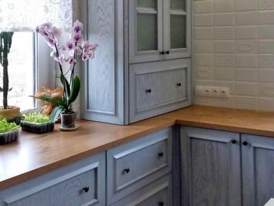 Столешница из массива дуба хорошо соответствует выбранному стилю кухни