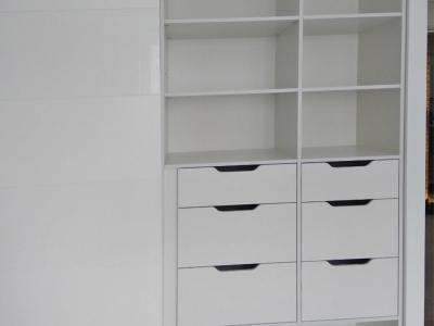 Корпус шкафа монтирован на скрытый немецкий  крепеж, придающий соответствующий эстетический вид
