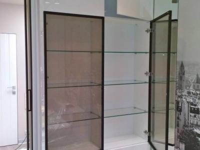 Глянцевый мдф, графитовое стекло, черный алюминиевый профиль придают шкафу необходимую роскошь