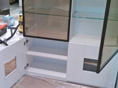 Внутренние полки шкафа изготавливаются из ДСП, и стекла