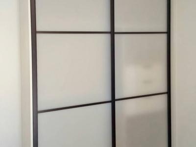 Встроенный шкаф в детскую комнату фасад которого изготовлен из специального акрилового не бьющего стекла