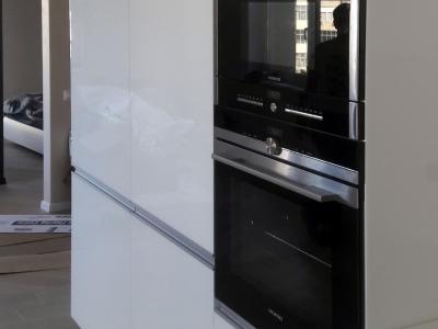Встроенный холодильник вместе со  встроенным морозильником достаточно вместимы,  для хранения припасов  большой семьи