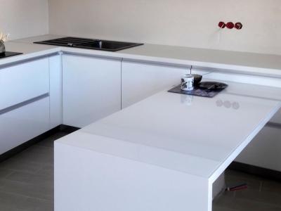 Низкая широкая барная столешница на кухне является местом принятие пищи, а также служет дополнительной рабочей зоной столешницы
