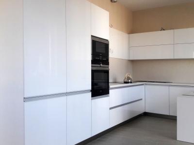 Постельные тона интерьера выделяют светлую кухню