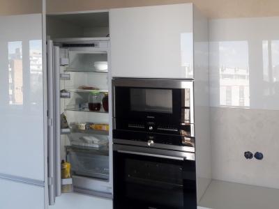 Техника черного декора хорошо сочетается с белым стеклом на фасадах кухни