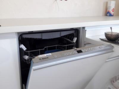 Встроенная посудомоечная машина всегда функциональна в большой  кухне