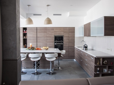 -большая кухонная зона  с объединенным пространством помещения требует грамотно спланированный кухонный гарнитур