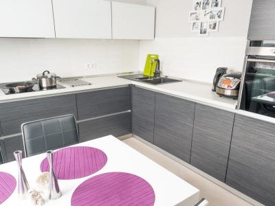 фасады кухни сделаны с использованием матового шпона дуба