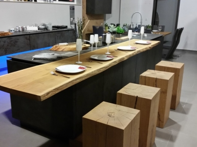 Столешница для барной стойки и барные стулья изготовлены из цельной древесины