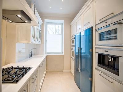 Кухня в классическом стиле, шелковисто жемчужно белые матовые фасады из  мдф   с фрезеровкой поддерживающий  провонсальный  стиль кухне.